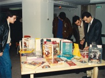 Expositor de jogos. Na mesa, no centro, o Player's Handbook da 2ª edição de AD&D, que tinha acabado de ser lançada.